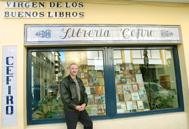 The author with his book and the shop in Seville (Spain)
